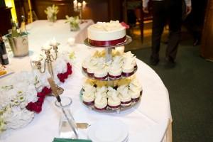 Ако си мислите, че това е перфектната локация за тортата, то знайте че това е само заради DJ Стоян Петров, който възпря сервитьорите да я сложат на една бар маса насред дансинга